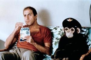 Adriano Celentano neben einem Stoffaffen